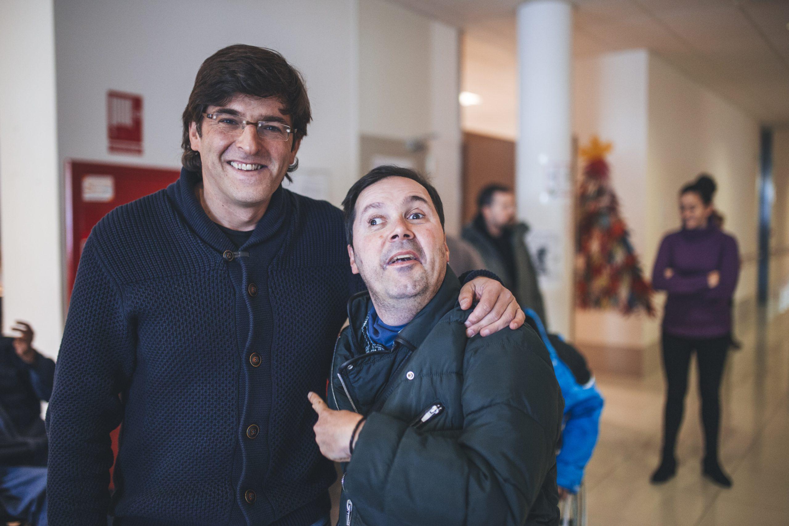 Gonzalo Mira con una persona usuaria. Foto cedida.